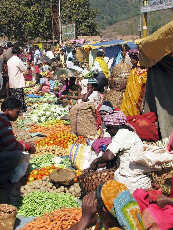 Indische Leute im Markt des ländlichen Gebietes stockfotografie