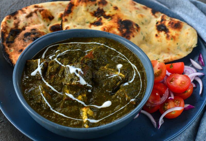 Indische Mahlzeit-Palak Paneer diente mit roti und Salat stockfotos