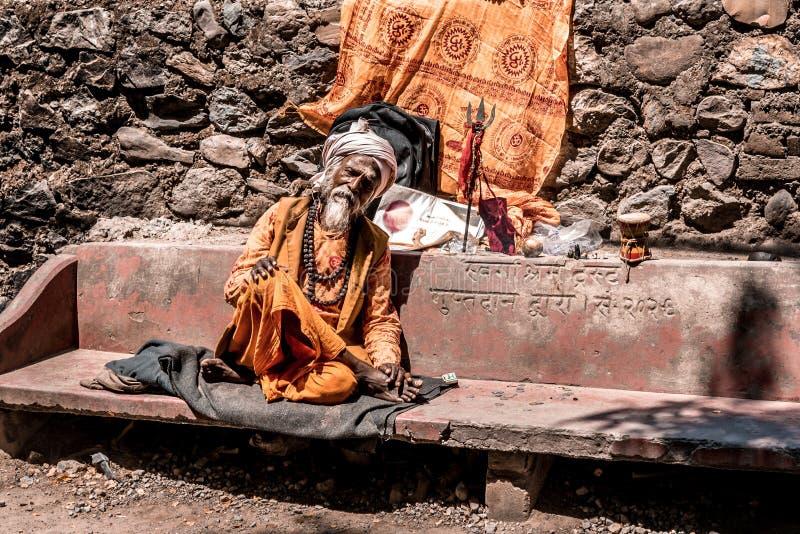 Indische mannelijke monnikszitting op een bank royalty-vrije stock foto