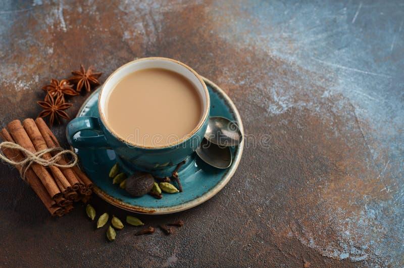 Download Indische Masala Chai Tea Gekruide Thee Met Melk Op Donkere Roestige Achtergrond Stock Afbeelding - Afbeelding bestaande uit cardamon, drank: 114226945