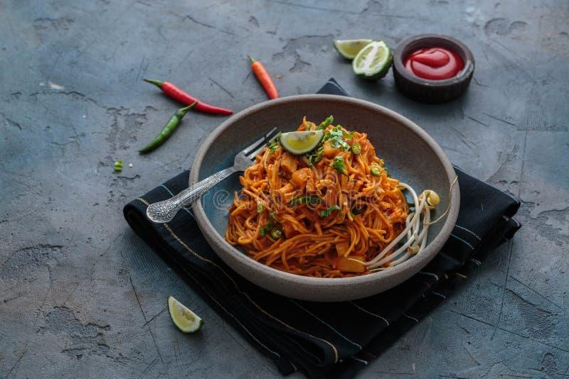 Indische mee goreng, kruidige gebraden noedels in een plaat, Singaporean en Maleise van het keukenexemplaar ruimte stock afbeeldingen