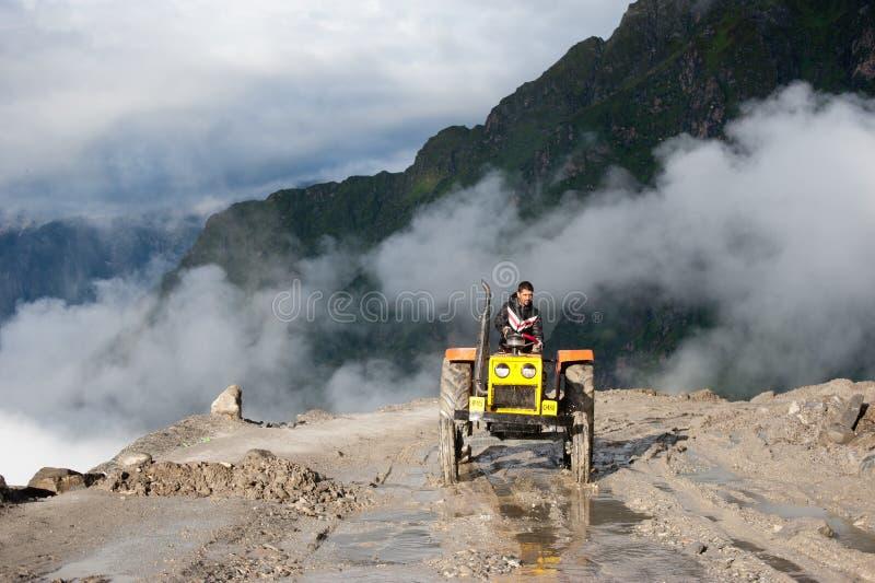 Indische mens die bij wegenbouw werken stock afbeeldingen