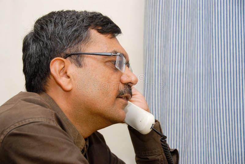 Indische mens op telefoon stock afbeeldingen