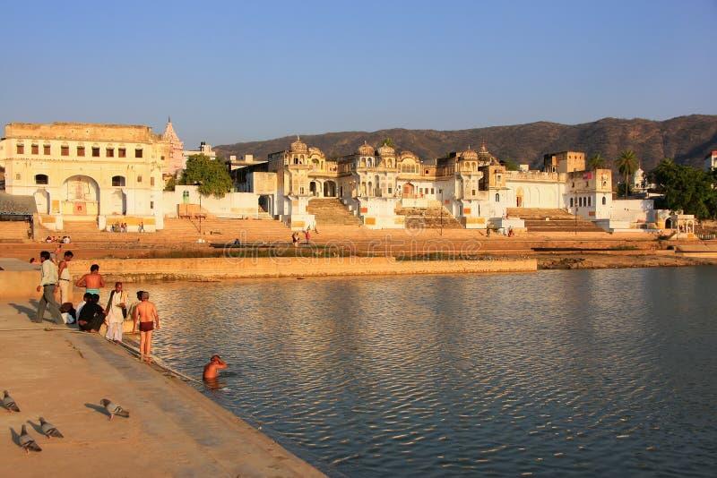 Indische mensen die in heilig meer, Pushkar, India wassen stock fotografie