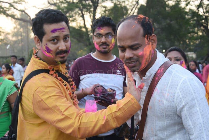 Indische mensen die holi met kleuren spelen en gulal in een grond royalty-vrije stock afbeelding