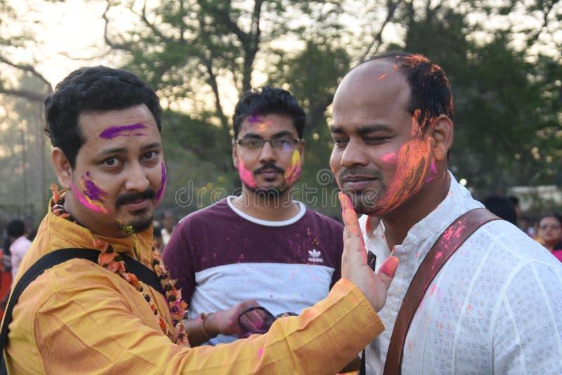 Indische mensen die holi met kleuren spelen en gulal in een grond royalty-vrije stock fotografie