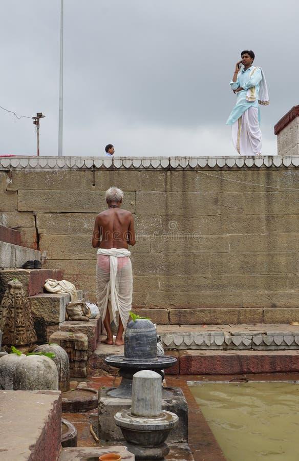 Indische mensen die op de rivier van Ganges baden stock fotografie
