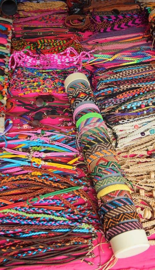 Indische met de hand gemaakte armbandenverkoop bij een ambachtopslag in Pasaje Artesanal in van de binnenstad van de stad van Ban royalty-vrije stock afbeeldingen