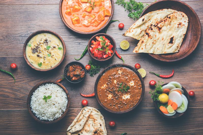 Indische Mittagessen- oder Abendesseneinzelteile mögen Dal, paneer Butter-masala, roti, Reis, Salat stockbilder