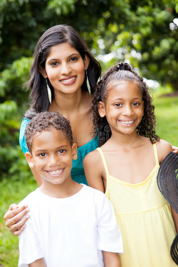 Indische moeder en kinderen stock foto
