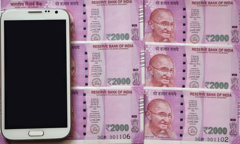 Indische Munt, Twee duizend Indische Roepies op achtergrond stock afbeeldingen