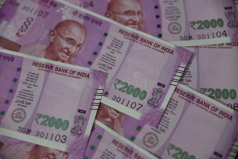 Indische Munt, Twee duizend Indische Roepies op achtergrond royalty-vrije stock afbeeldingen