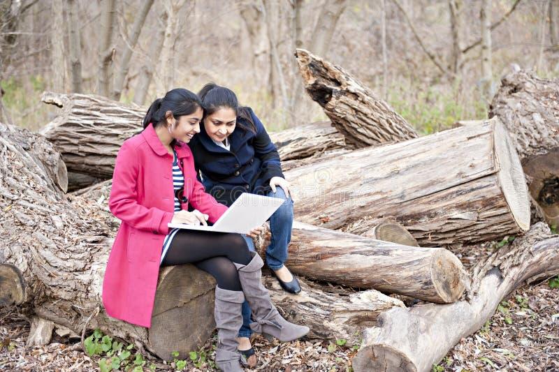 Indische Mutter und Tochter lizenzfreies stockbild