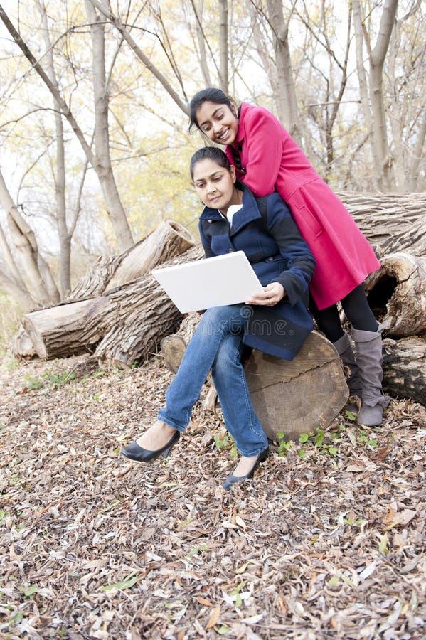 Indische Mutter und Tochter lizenzfreie stockfotos