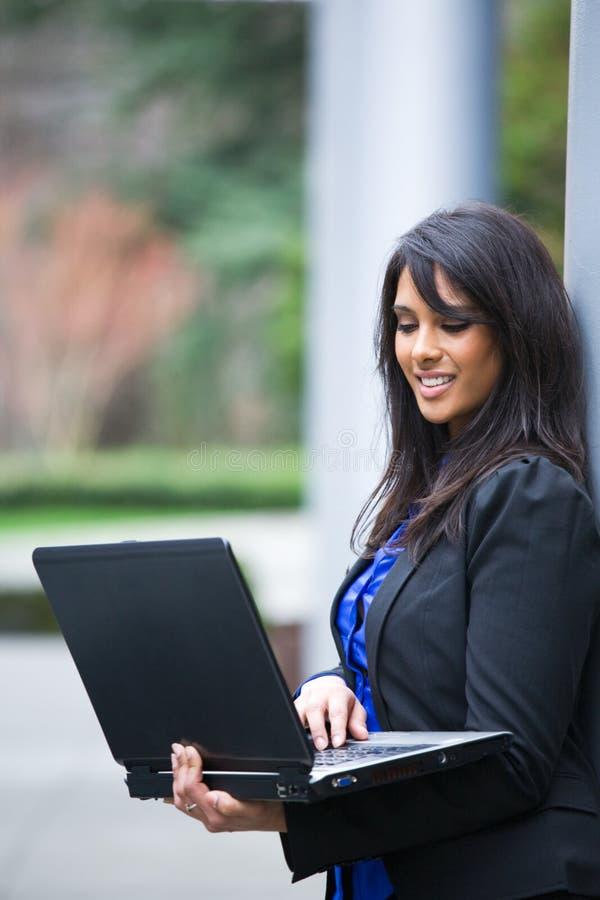 Indische onderneemster met laptop royalty-vrije stock fotografie