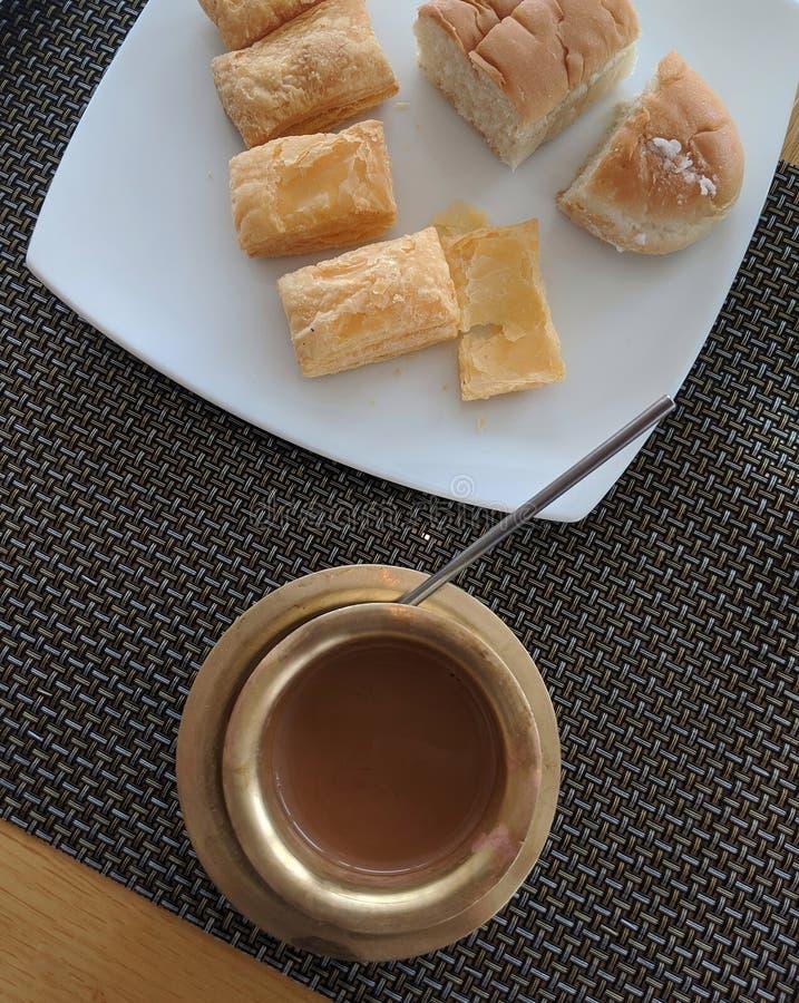 Indische ontbijtthee met Bun Muska en Khari stock afbeeldingen