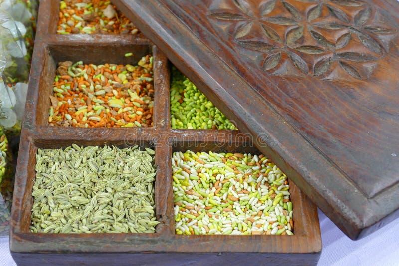 Indische organische kruidzaden in rustieke houten de productenmarkt van de doosveganist waar de landbouwers en de bedrijven hun p stock foto