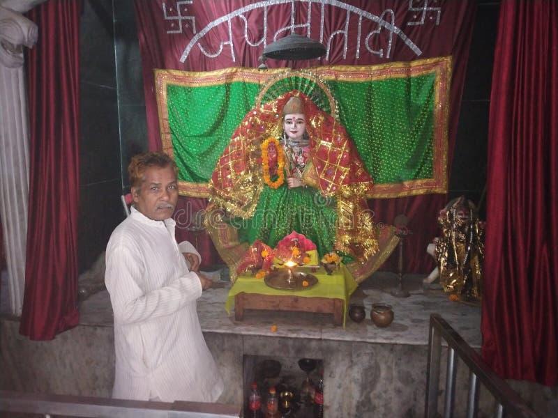 Indische oude mens die bij mata van sheronwaali tempel in New Delhi India bidden stock foto