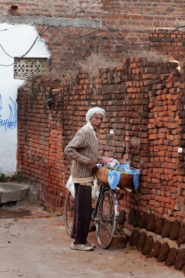 Download Indische Oude Mens Met Fiets In Dorp Redactionele Foto - Afbeelding bestaande uit stedelijk, traditioneel: 54082566