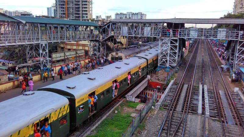 Indische overvolle spoorpost met treinen stock foto