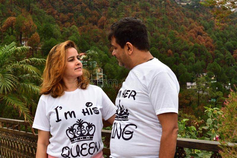 Indische Paare in Station Kasauli, des Hügels, einander mit Liebe betrachtend geheiratet werden und seine Königin feiernd ihr Kön stockfoto