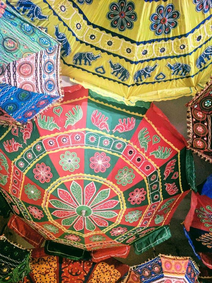 Indische paraplu's in dak stock afbeelding