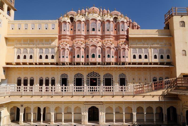 Indische prachtige voorbeelden van architectuur - Hawa Mahal Palace in Jaipur stock afbeelding