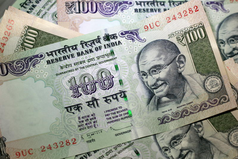 Indische Rupie 100 Mahatma Gandhi lokalisierte stockbild