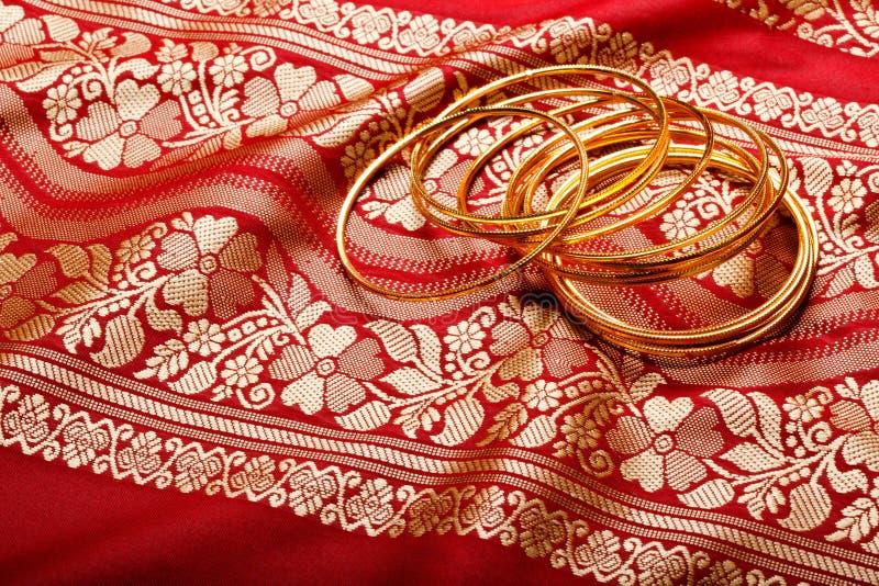 Indische Sari mit goldenen Armbändern lizenzfreie stockfotos