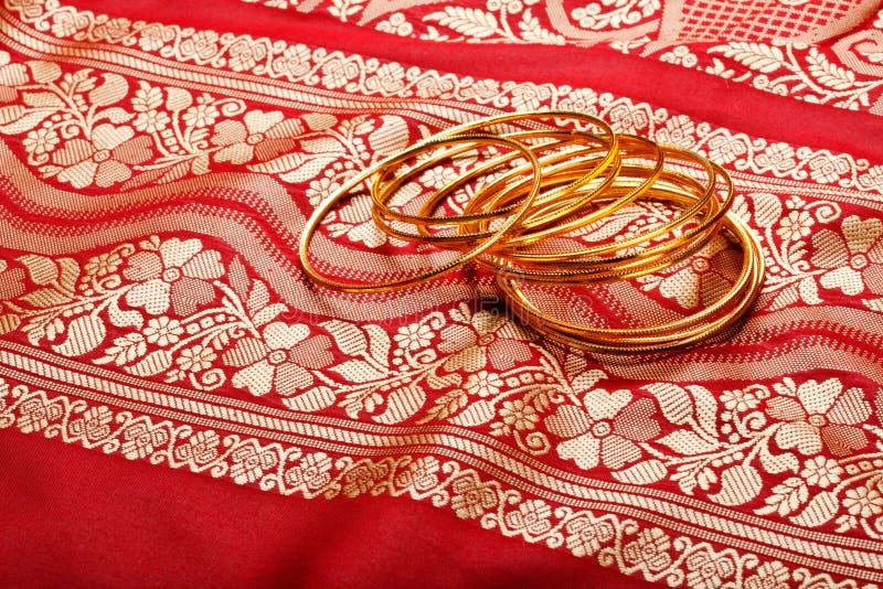 Indische Sari mit goldenen Armbändern stockfoto