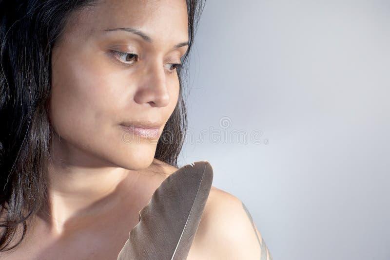 Indische Schönheit mit Eagle Feather lizenzfreie stockfotos