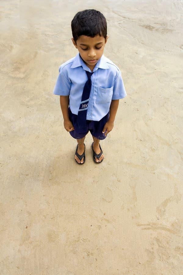 Indische schooljongen bij het strand royalty-vrije stock foto