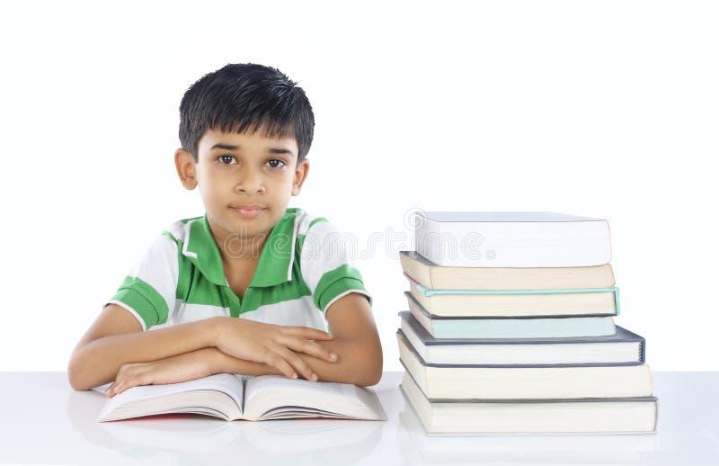 Indische Schooljongen met Boeken royalty-vrije stock afbeelding