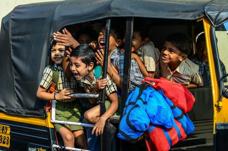 Indische schoolkinderen die door een riksja naar huis gaan stock foto