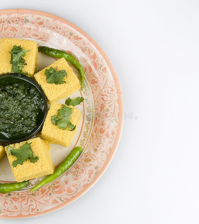 Indische Snacks Dhokla met groen chutney royalty-vrije stock foto
