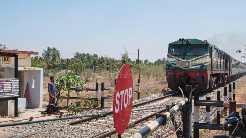 Indische sneltrein die een spoorwegovergang naderen royalty-vrije stock foto