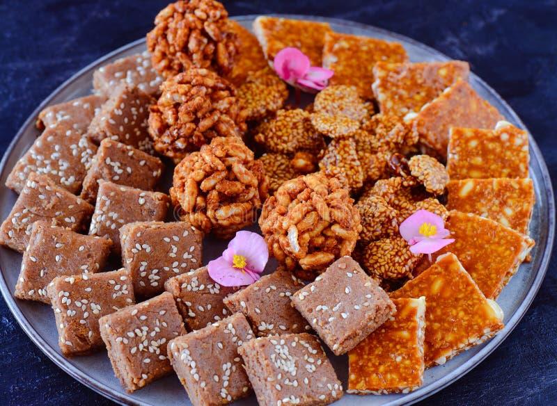 Indische snoepjes - Dienbladhoogtepunt van chikki van de wintersnoepjes royalty-vrije stock foto's