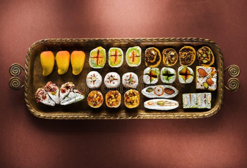 Indische snoepjes en Mithai in een dienblad voor Diwali-festiva stock afbeeldingen