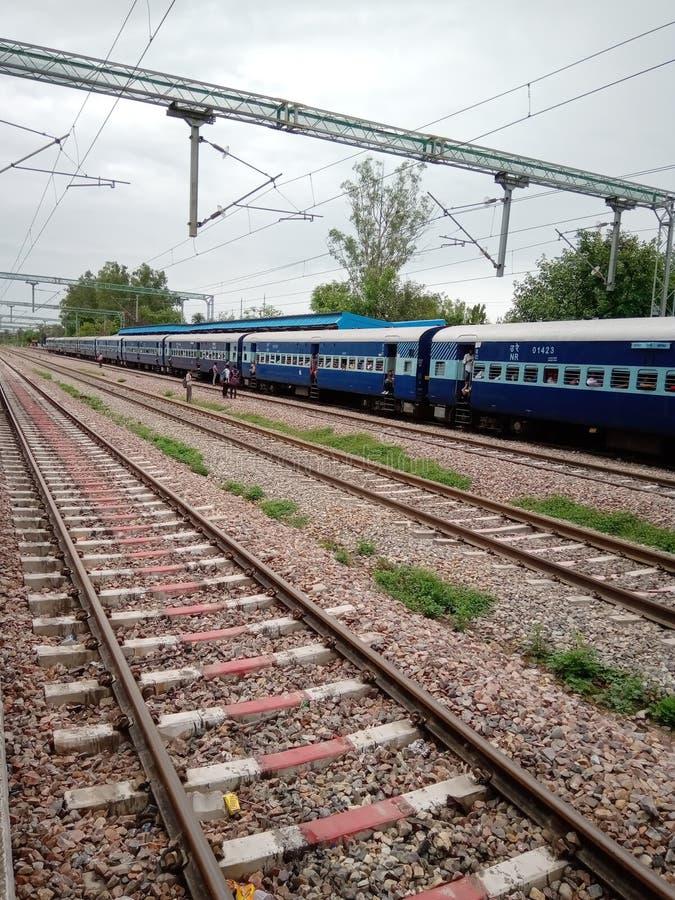 Indische spoorwegsporen en trein en van de mensenbinnenkant trein royalty-vrije stock fotografie