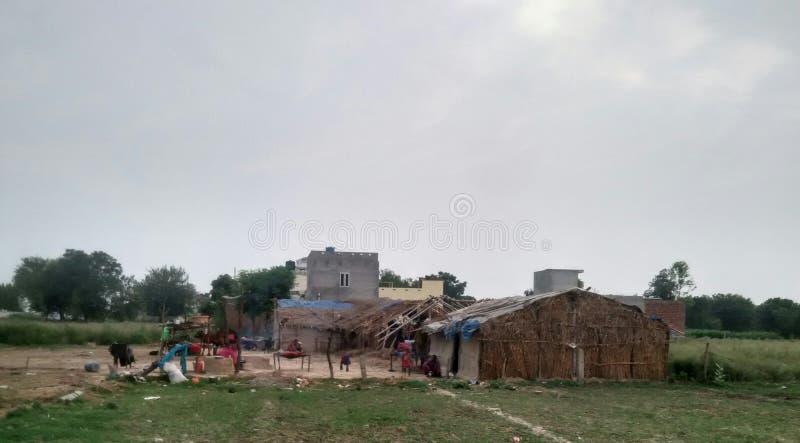 Indische Stammleute, die in den Hütten leben lizenzfreie stockfotos