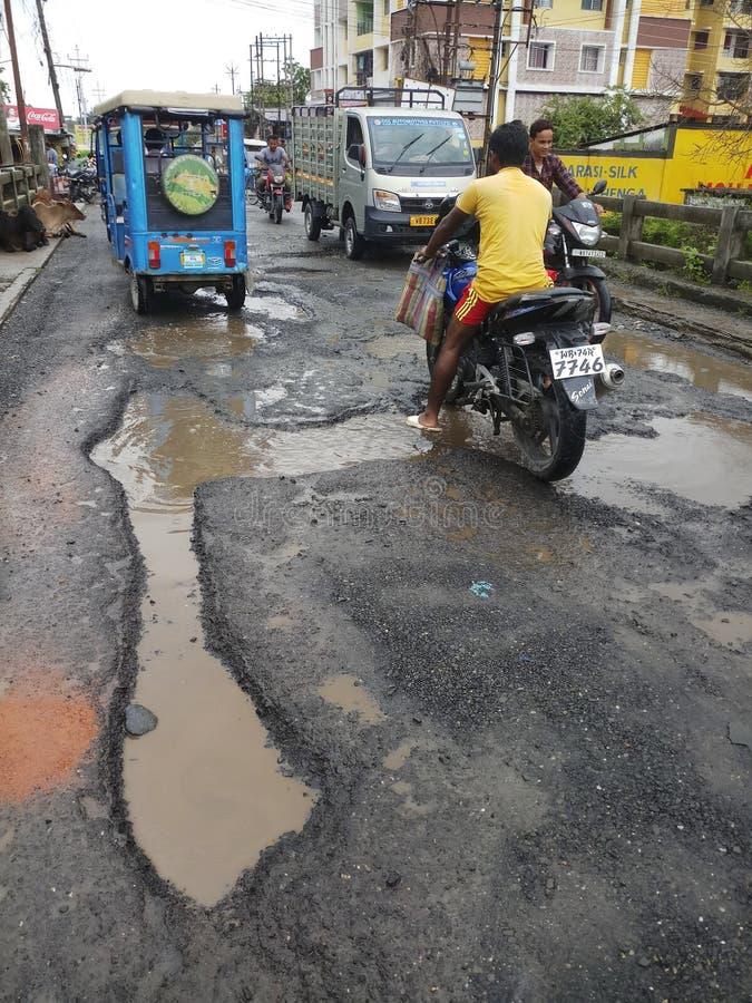 Indische Straße in der Regenzeit stockbild