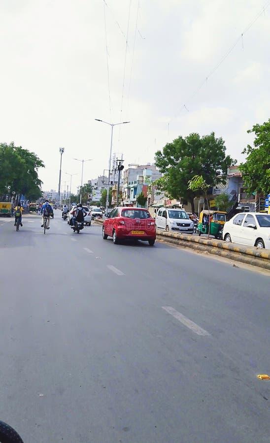 Indische Straße für Reise nach irgendwelchen Leuten ein Platz zu irgendeinem anderen Platz lizenzfreie stockfotos