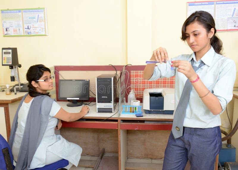 Indische Studenten im Chemie-Labor lizenzfreie stockfotos