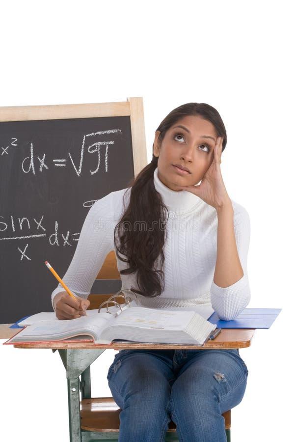 Indische studentvrouw die math examen bestudeert stock foto