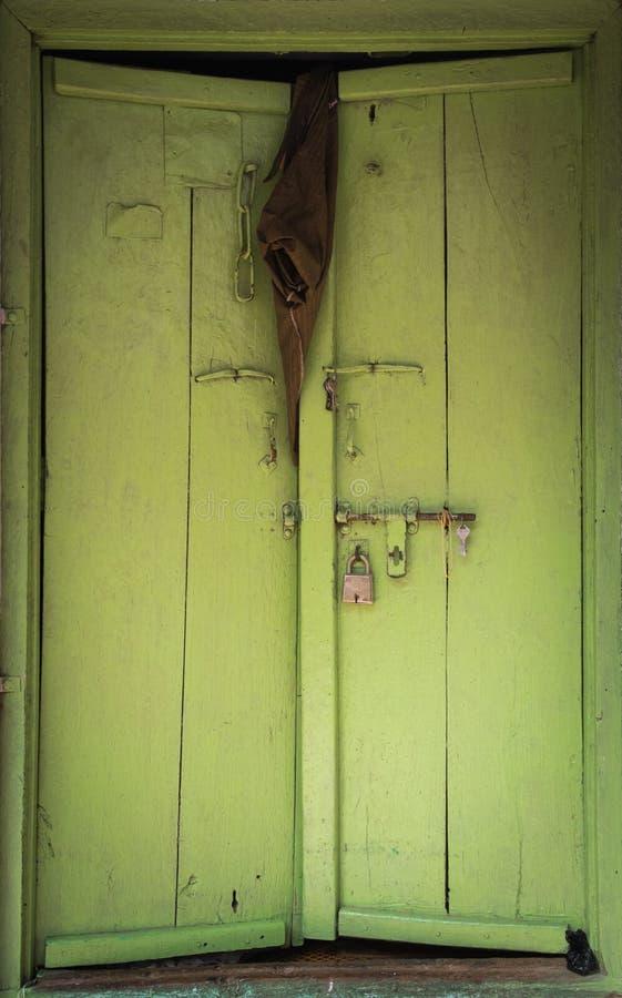 Indische Tür der Weinlese mit einer Hose, die an ihr hängt stockbilder