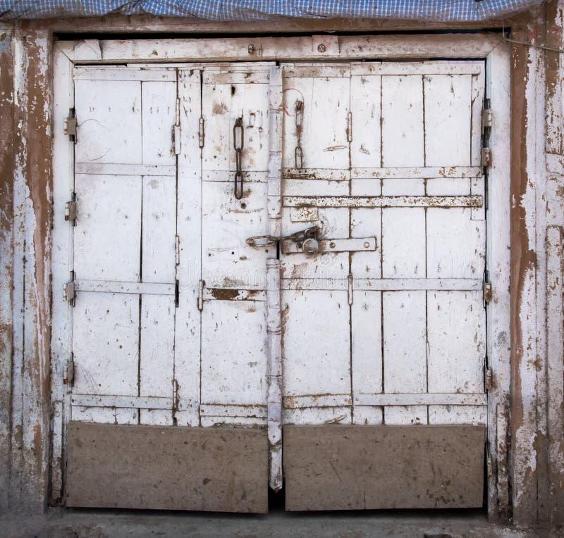 Indische Tür mit Kette und Verschluss stockfoto