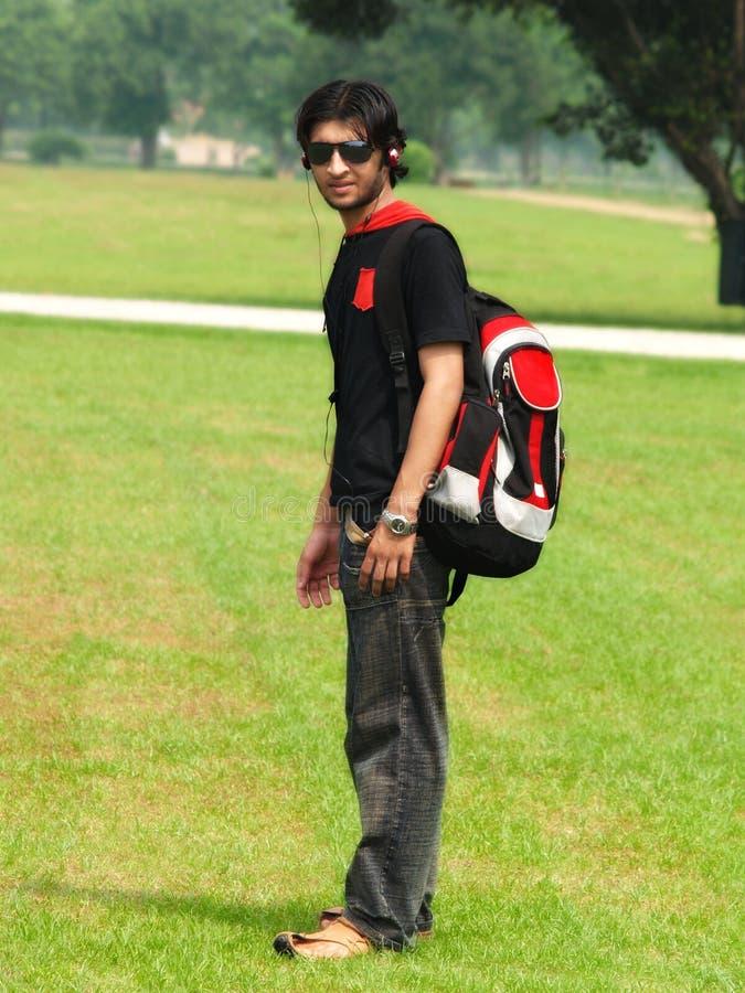 Indische tiener in openlucht stock afbeelding
