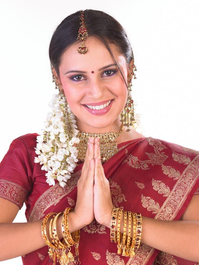 Indische tienervrouw in welkome houding royalty-vrije stock foto