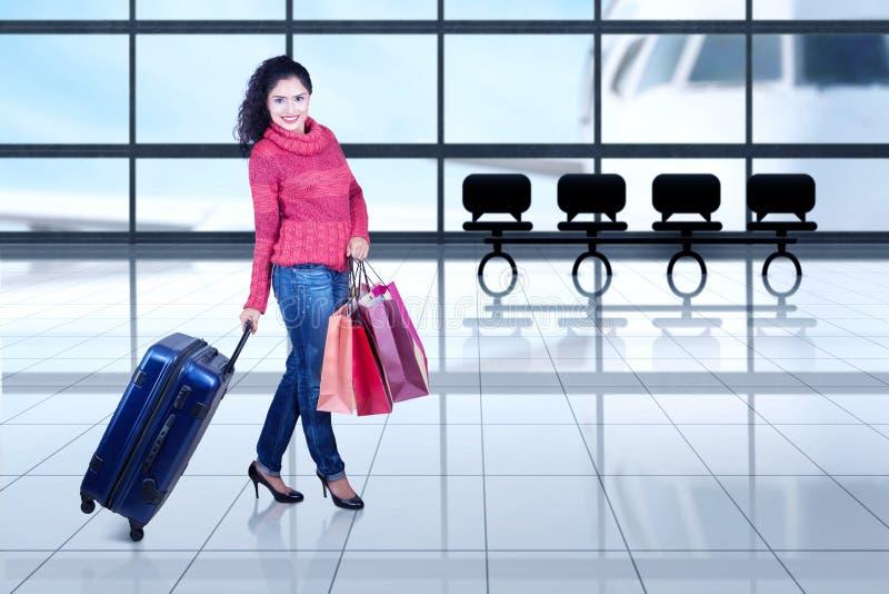 Indische toerist met de winterkleren in luchthaven royalty-vrije stock afbeeldingen