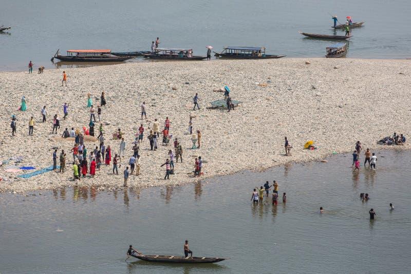 Indische toeristen die boten berijden op Umngot-rivier dichtbij het Dawki-dorp, Meghalaya, Noordoostelijk India royalty-vrije stock afbeelding